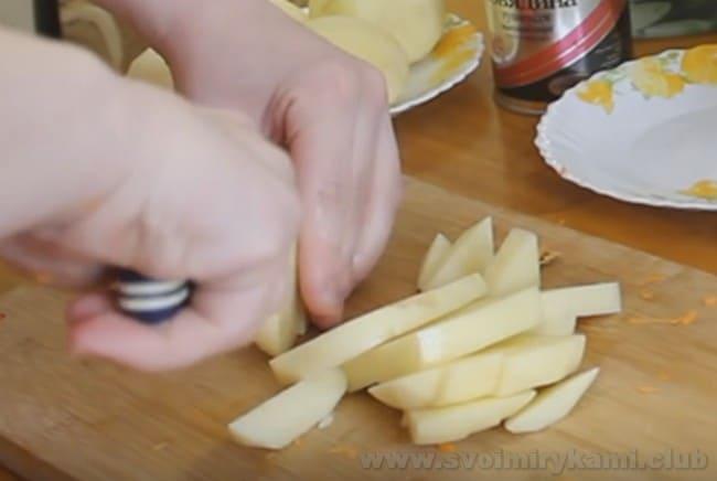 О том, как вкусно приготовить картошку с тушенкой в мультиварке, рассказано и в видеорецепте в конце статьи.
