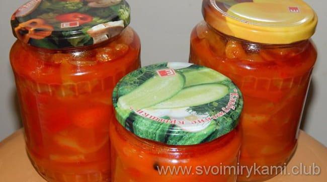 Готовое лечо с томатной пастой закладывайте по банкам