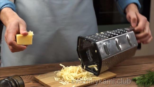 Натрите сыр для приготовления омлета на молоке.