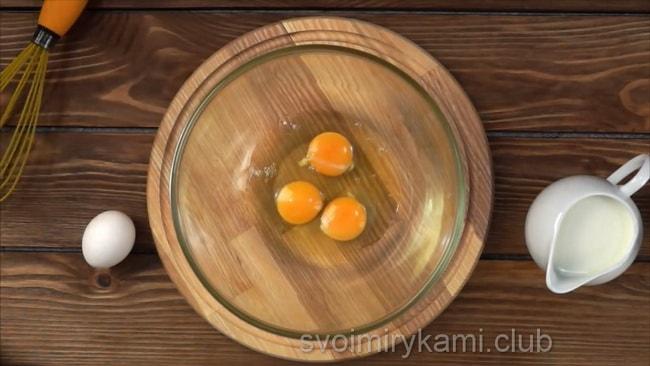 Для приготовления омлета на молоке взбейте яйца.