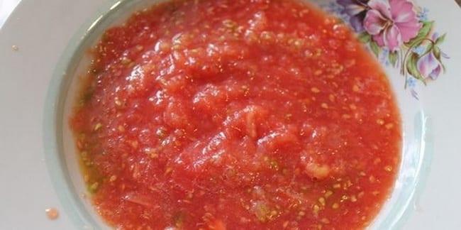 Натрите помидор для приготовления овощных котлет.