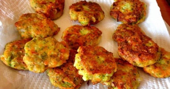 Обжарьте овощные котлеты на сковороде.