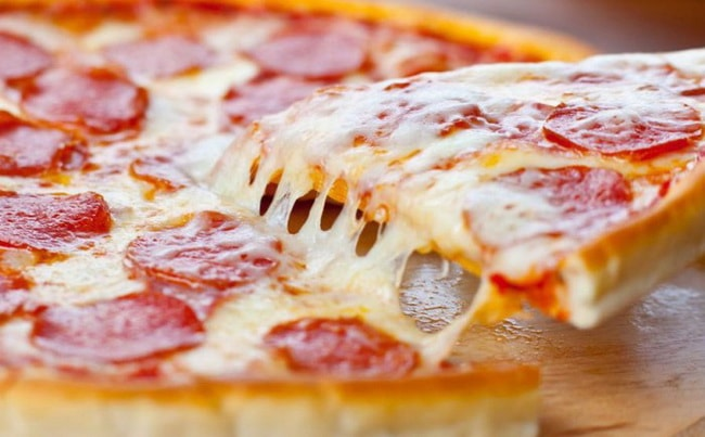 Вкусная пицца папперони готова, просите к столу!