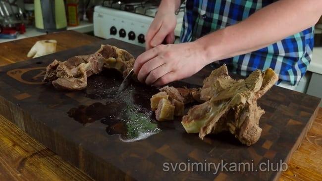 Разрежьте мясо для приготовления бешбармака.
