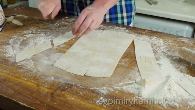 Разрежбте тесто на ромбики для приготовления бешбармак по казахски