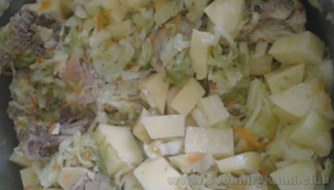 тушеная капуста с курицей и картошкой - это простой рецепт, приготовить по которому вкусное блюдо сможет любая хозяйка.