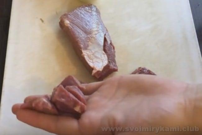 Для приготовления тушеной капусты с мясом и картошкой по этому рецепту можно брать свинину либо говядину.