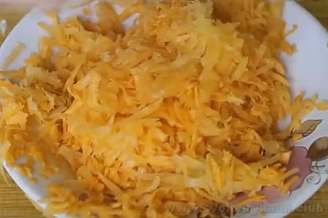 Морковь - очень важный ингредиент рецепта тушеной капусты с мясом и картошкой.