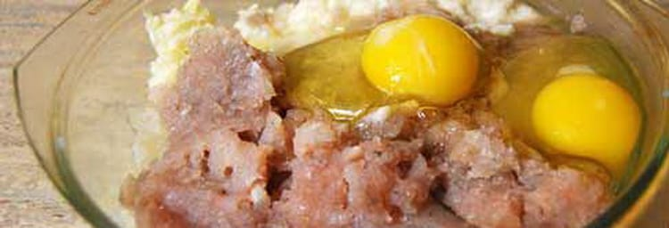Вбейте яйца в фарш для котлет из щуки.