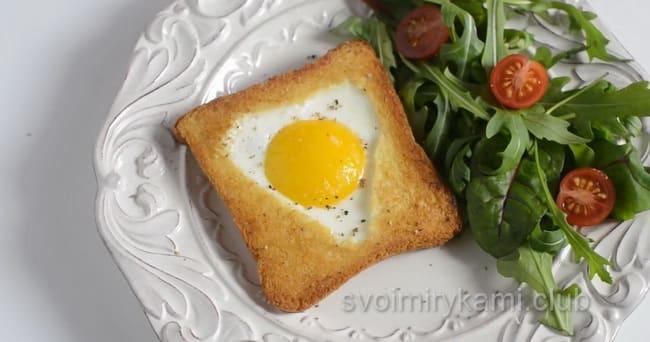 рецепт вкусной яичницы на сковороде в хлебе.