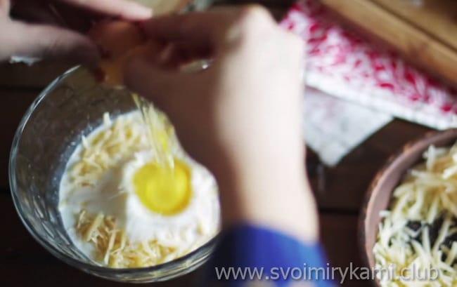 в готовую смесь добавляем яйцо