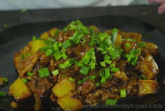 Украшенная зеленью,жареная картошка с тушенкой на сковороде будет просто превосходной на вкус.