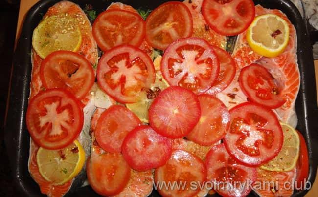 Что бы приготовить семгу в духовке по рецепту надо на филе рыбы выложить кольца помидор