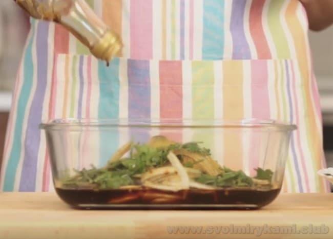 Для ростбифа из говядины по классическому рецептц в духовке приготовим маринад с использованием соевого и вустерского соусов.
