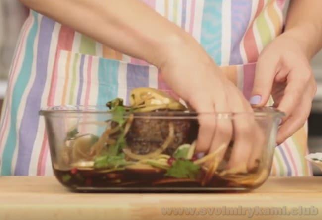 Приготовленный по классическому рецепту в духовке ростбиф из говядины погружаем в наш маринад.