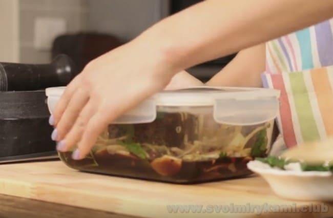 Маринад сделает наш ростбиф, приготовленный по классическому рецепту в духовке, еще более сочным.