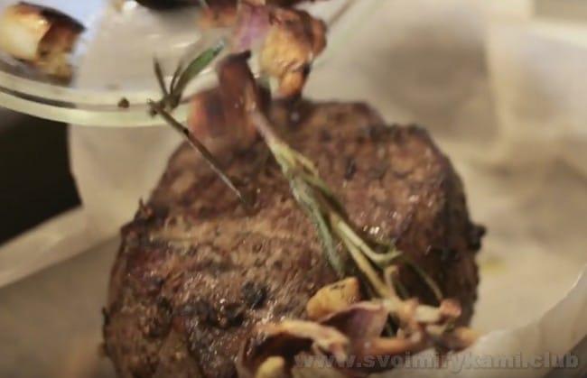 Ростбиф из говядины по классическому рецепту готовится в духовке.