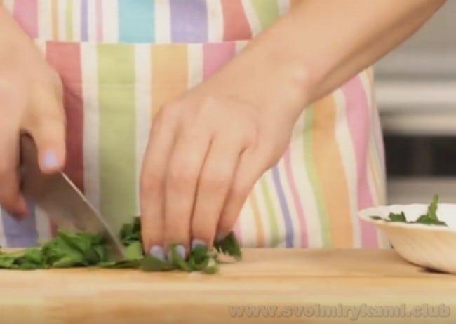 В маринад для ростбифа из говядины, приготовленного в духовке по классическому рецепту, непременно добавляем зелень.