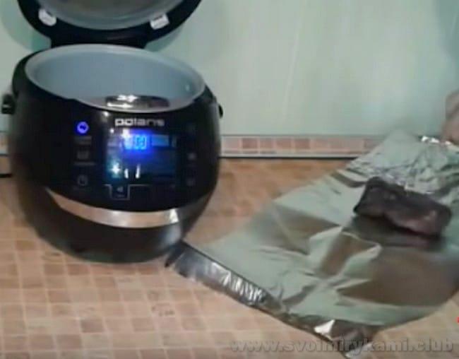 маринованный ростбиф, приготовленный по рецепту с фото в мультиварке, непременно надо завернуть в фольгу и дать ему настояться.
