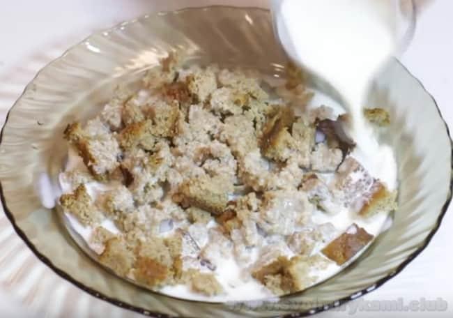 Для приготовления диетических рубленных котлет из филе индейки серый хлеб замачиваем в молоке.