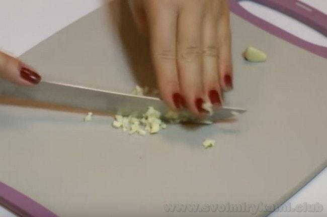 Чтобы рубленные котлеты из индейки были более ароматными, добавим в них чеснок.