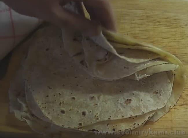 Лаваши для приготовления рулета из лаваша с рыбными консервами готовы.