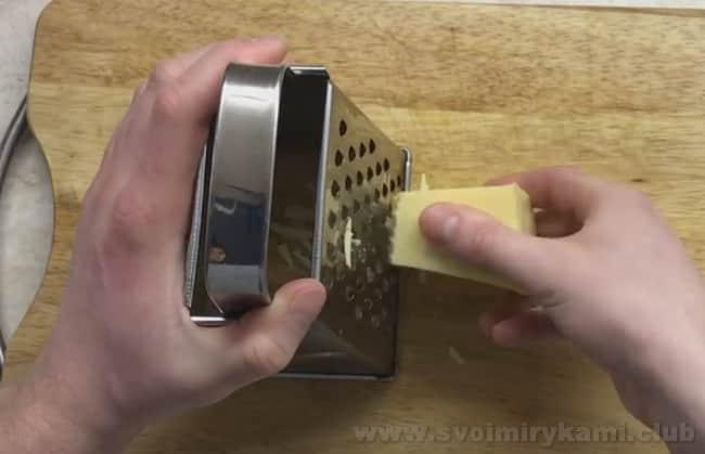 Для приготовления рулета из лаваша с рыбными консервами понадобится сыр.