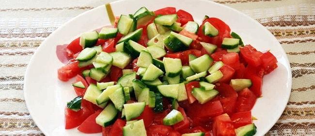 Нарежьте огурцы и помидоры для приготовления рулета с курицей в лаваше.