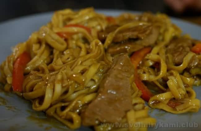 Если вы не знаете, с чем едят соус терияки, так это рыба, мясо,а также лапша.