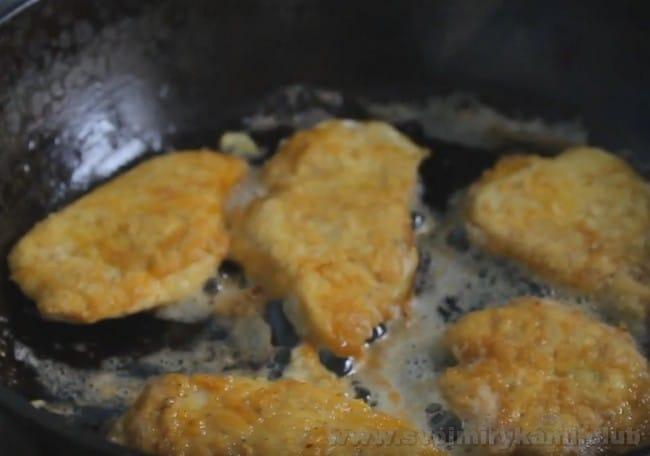 Мы приготовим наш куриный шницель с сыром.