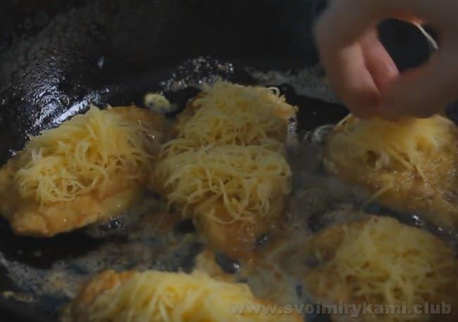 Куриный шницель с сыром непременно понравится вашим близким и удивит гостей.