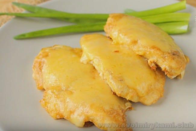 Подавайте куриный шницель с сыром с овощными салатами.