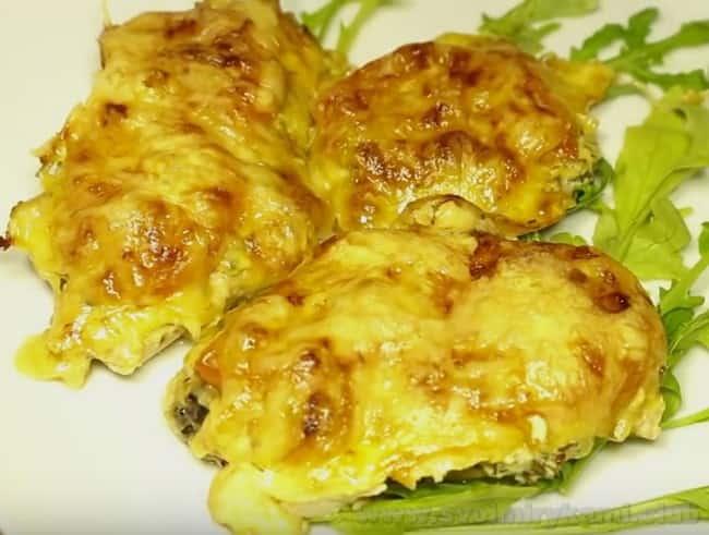 Куриный шницель с сыром в духовке готов!