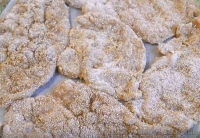 Этот рецепт шницеля из куриной грудки в панировке отлично подходит для духовки.