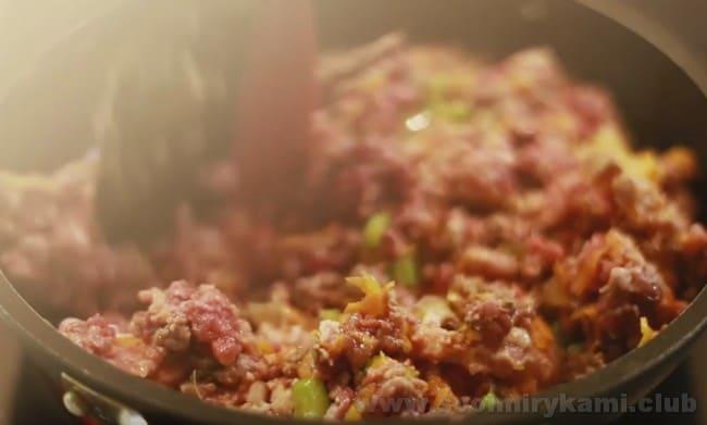 По классическому рецепту соус болоньезе готовится с фаршем.