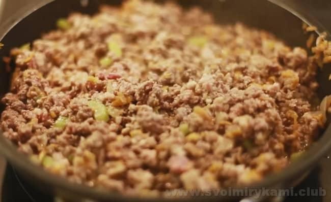 Соус болоньезе с фаршем - это рецепт, который часто используется для приготовления пасты и лазаньи.