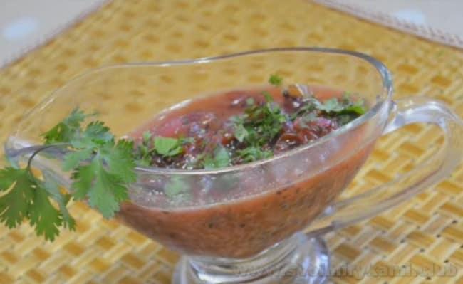 Такой соус можно делать из зеленого и из розового крыжовника.