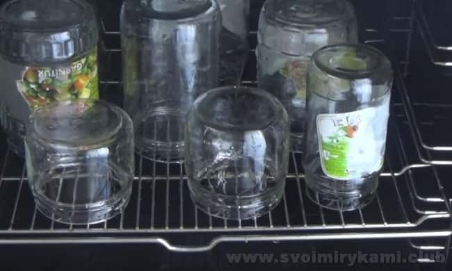 Затем стерилизуем банки для приготовления соуса сацебели в домашних условиях на зиму.