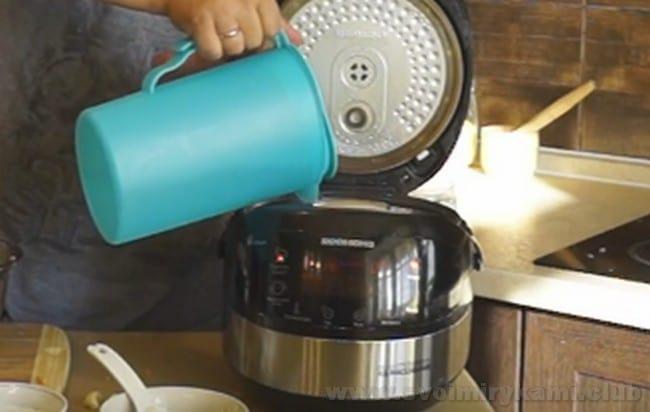 Соус для тефтелей в мультиварке разбавляем водой.