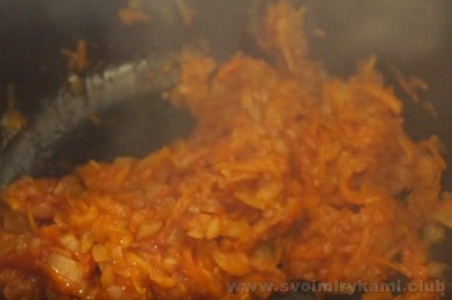 Соус для тефтелей в мультиварке требует также добавления сметаны и томатного соуса или пасты.