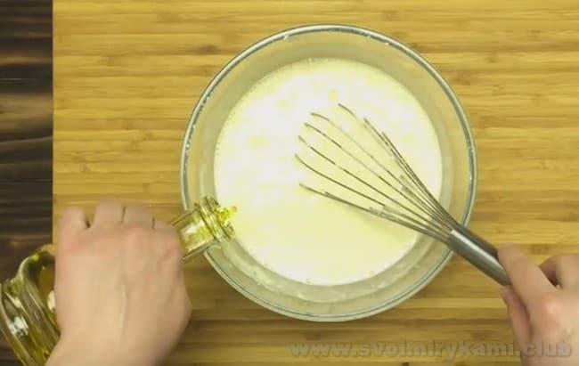 В тесто для тонких с дырочками блинов на кефире по рецепту надо добавить растительное масло.