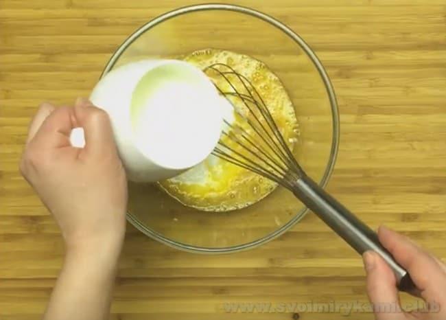 Тонкие с дырочками блины на кефире можно приготовить по простому пошаговому рецепту.