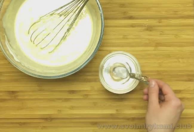 По рецепту, для приготовления тонких с дырочками блинов на кефире требуется гашенная сода.