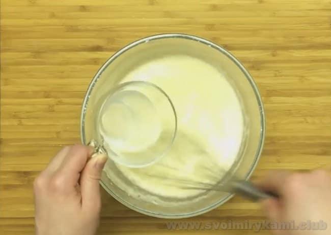Проследите за тем, чтобы тесто для приготовления тонких с дырочками блинов на кефире было однородным.
