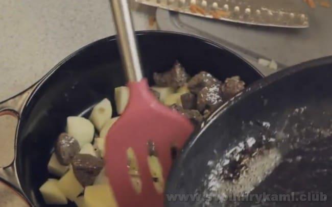 Приготовления тушеной картошки с мясом в духовке не требует многих усилий или особых кулинарных навыков.