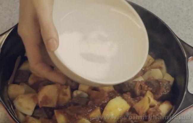 А теперь будем отправлять нашу тушеную картошку с мясом в духовку.