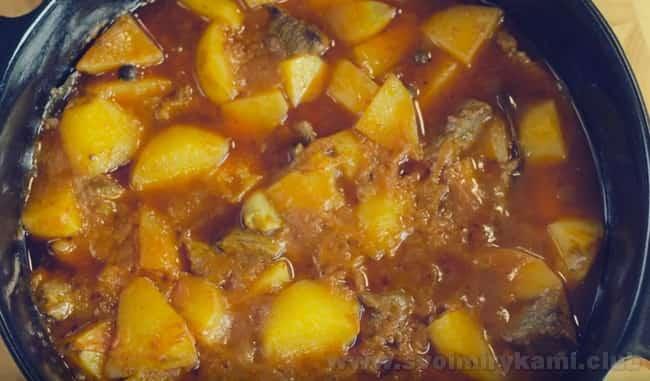 Аппетитная тушеная картошка с мясом в духовке готова.