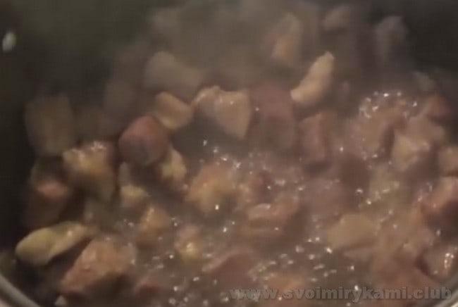 Мясо для приготовления тушеного картофеля с мясом в кастрюле обжариваем до легкой золотистости.