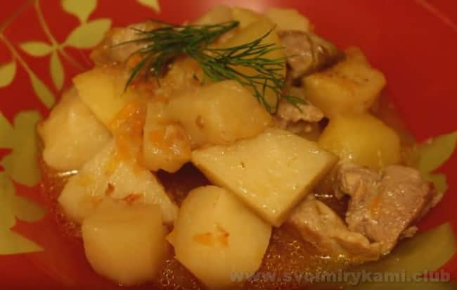 Тушеный картофель с мясом, приготовленный в кастрюле, можно подавать к столу.