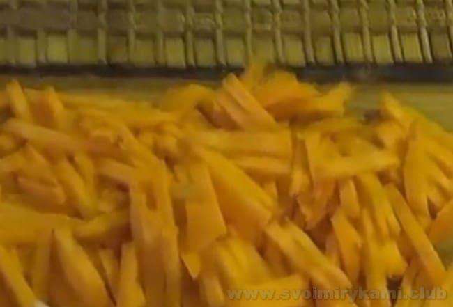 Для приготовления тушеного картофеля с мясом в кастрюле понадобится лук и морковь.